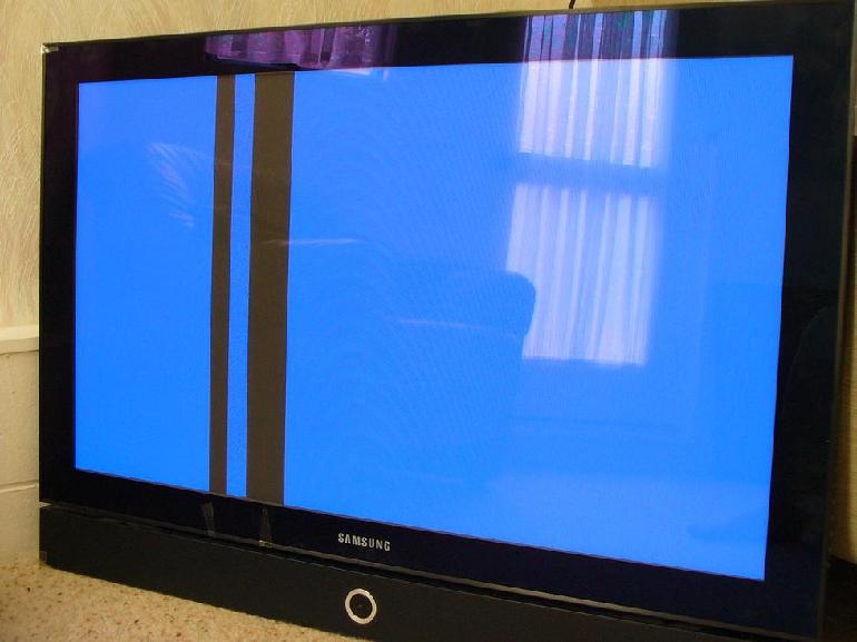 vertikalnaya-chernaya-polosa-na-ekrane-televizora-samsung